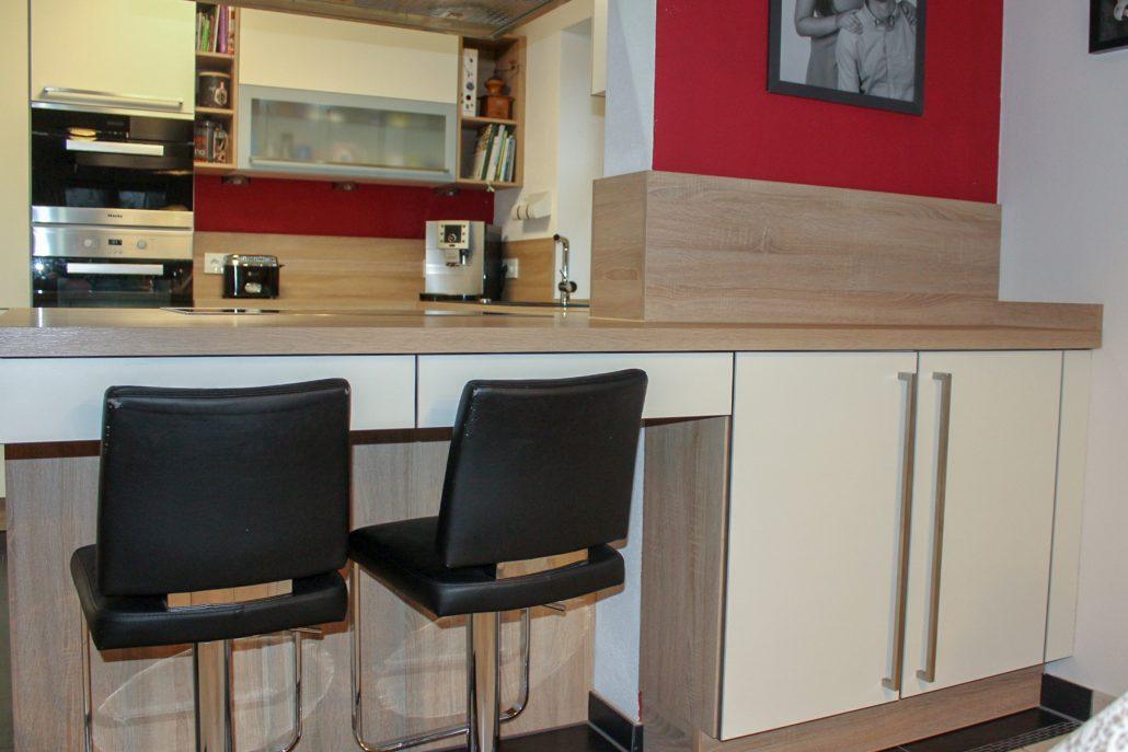 Küche in Eiche sägerau Dekor und mattweiße Fronten ...